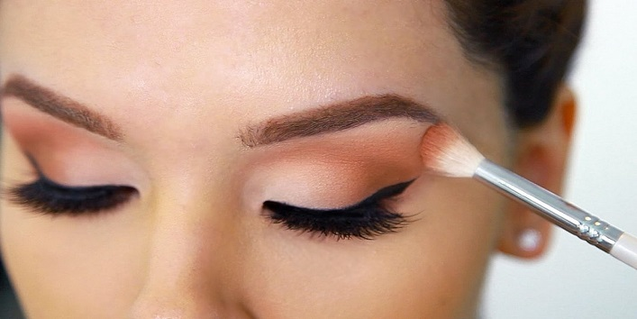 Protect eye shadow from spoiling