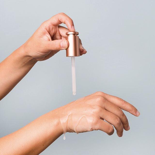 於塗面之前,可先塗到掌心搓揉,透過掌心的熱力從而令到精華油更有效吸收,並放近鼻子聞聞,因天然的植物香味是可有助調節心情。