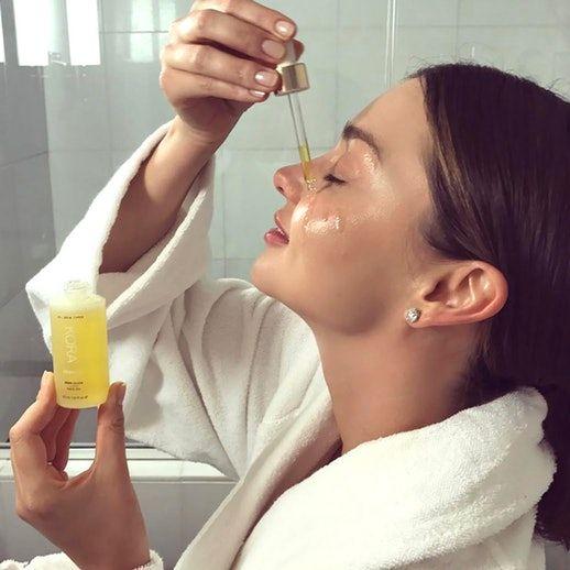 坊間有多款精華油推出,而精華油大致分為兩種:護膚油、美容油。這些都是和精油有所不同,精油是需要由單一種植物中經提煉後才能取得的濃縮液,是有機會灼傷肌膚或滲入血液中,因此使用前需與基礎油稀釋調和。而精華油是可以直接塗抹在皮膚上,而且有護膚成份,如抗氧化物、維他命、礦物質等。