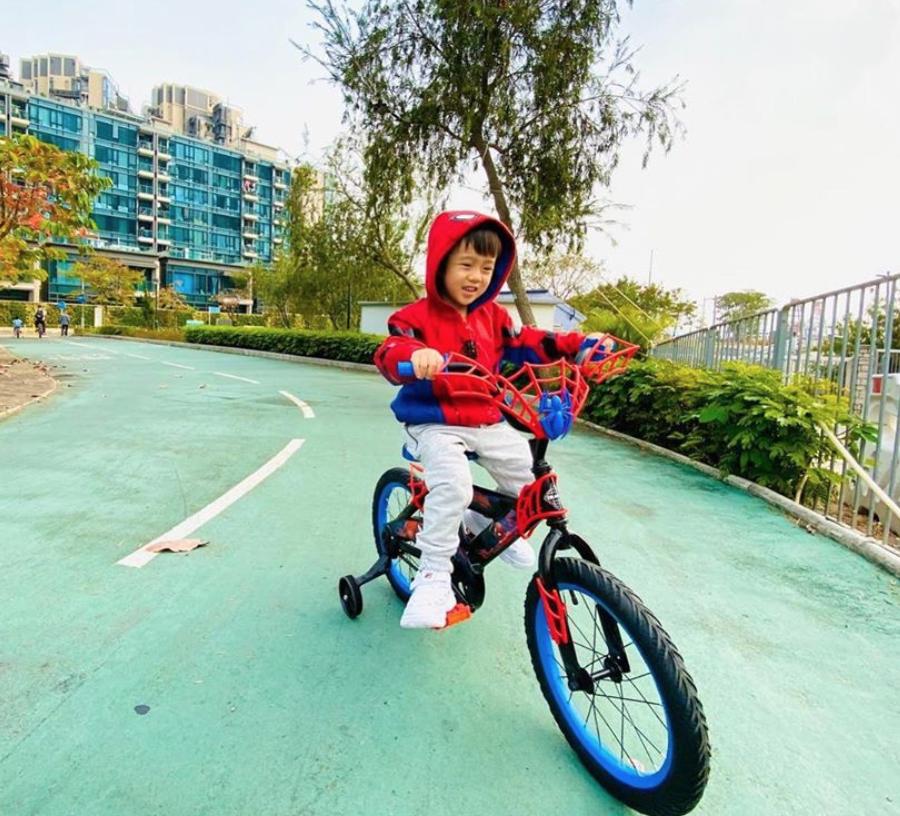 陳敏之 與兒子踏單車