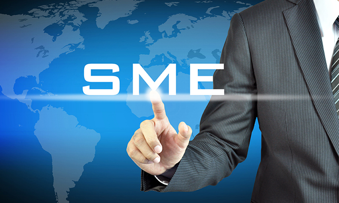 Man pointing to SME sign to show they are growing quicker than big companies