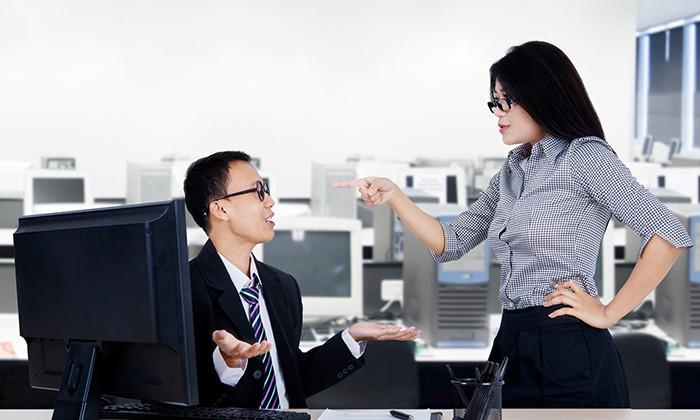 Boss telling off employee, hr