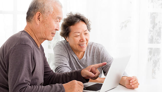 old-Asian-couple-usinig-computer-123RF