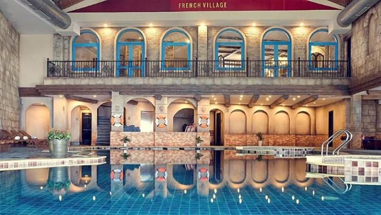 """Khám phá vẻ đẹp vi diệu của hồ bơi trên gác mái của một """"lâu đài cổ"""""""