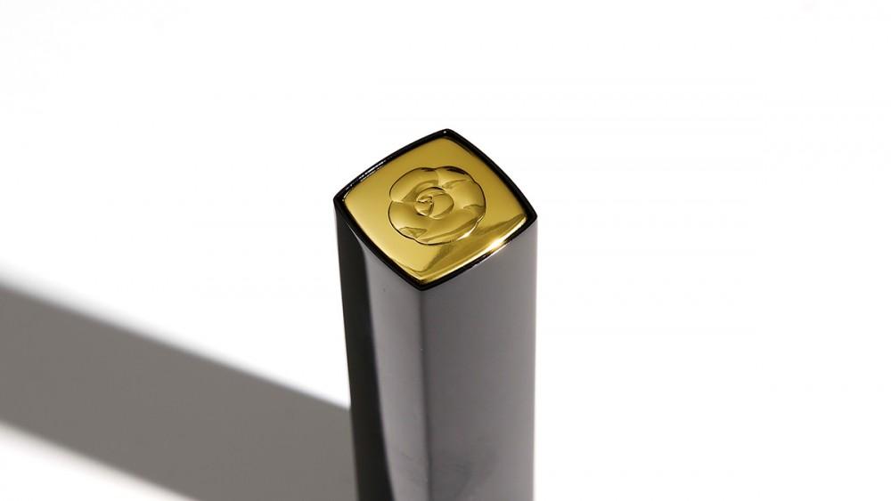 經典黑金包裝設計綴上立體亮金山茶花標記