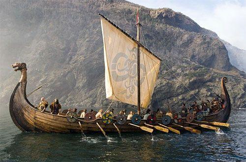 Những con tàu Snekkja (trong hình) của người Viking rất mạnh mẽ, bền bỉ, được chế tạo tinh xảo và đi trước thời đại về nhiều mặt. Trở thành 1 phần văn hóa của Vikings.