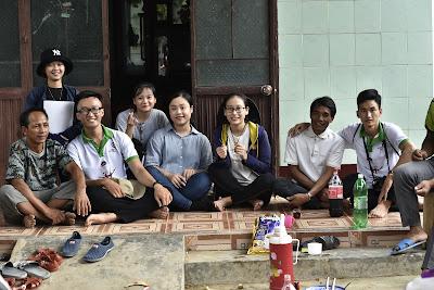<i>Cuộc nói chuyện, chia sẻ của các bác Jun, cựu trưởng thôn của Đồng bào Bana (người đầu tiên nhìn từ trái qua)</i>