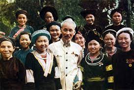 <i>Chủ tịch Hồ Chí Minh chụp hình chung với Đồng bào vùng xa.</i><br>