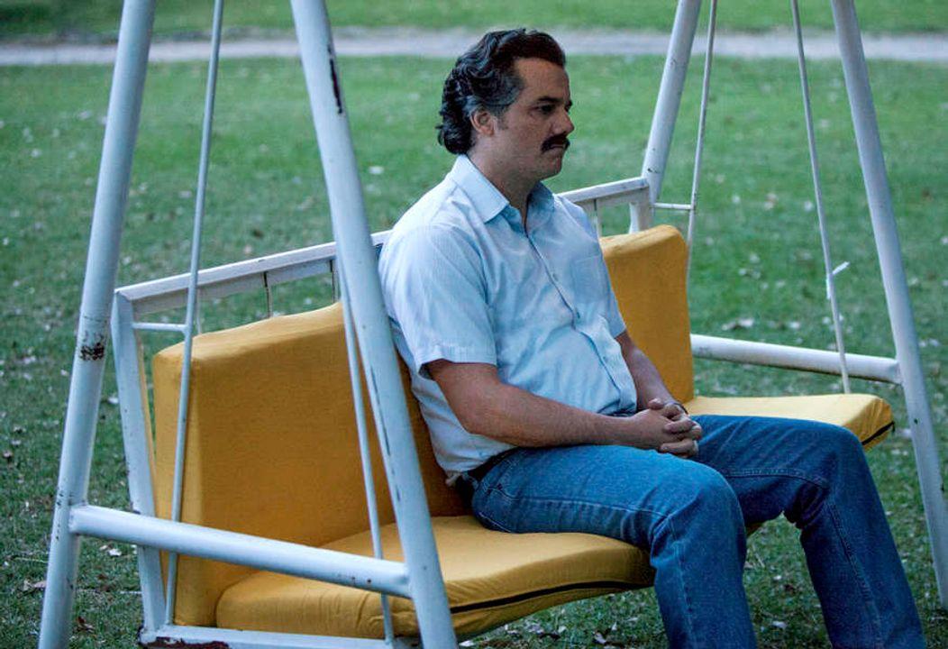 """""""Tiền nhiều để làm gì, tiêu gì cho hết đây"""" - Escobar. Ảnh từ series Narco trên Netflix"""