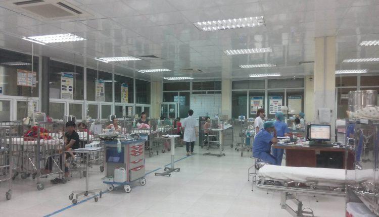 Rơi từ tầng 3 bệnh viện, bé 3 tuổi thoát chết hi hữu