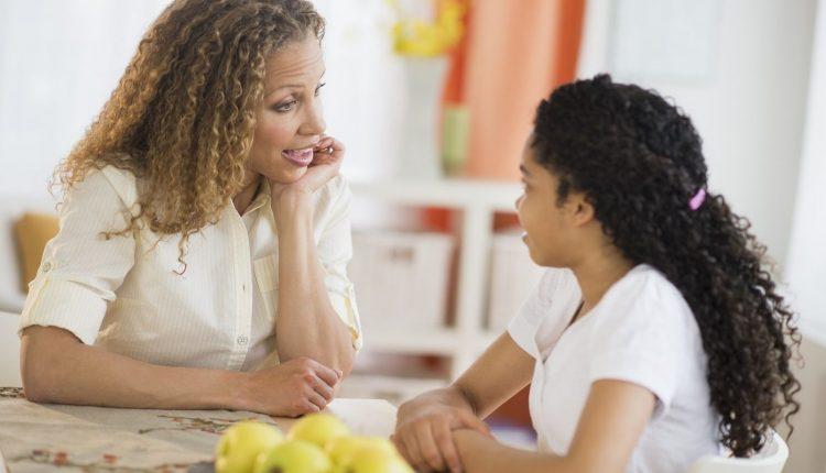 """Bị trẻ bắt gặp khi """"yêu"""" cha mẹ phải làm gì?"""