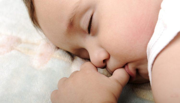 Tật ngậm mút tay ở trẻ