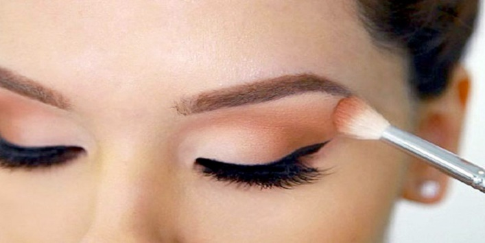 Use eyeshadow for long- lasting liner