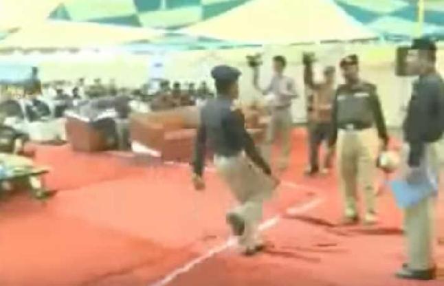 पाकिस्तानी पुलिस का फनी अंदाज देखकर लोटपोट हो जाएंगे आप