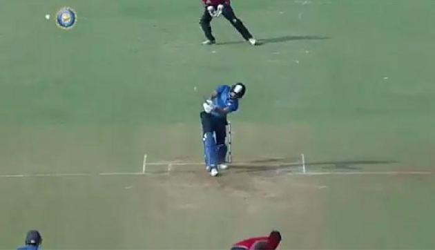 युवराज सिंह ने 3 गेंदों पर लगाए 3 शानदार छक्के,देखें वीडियो