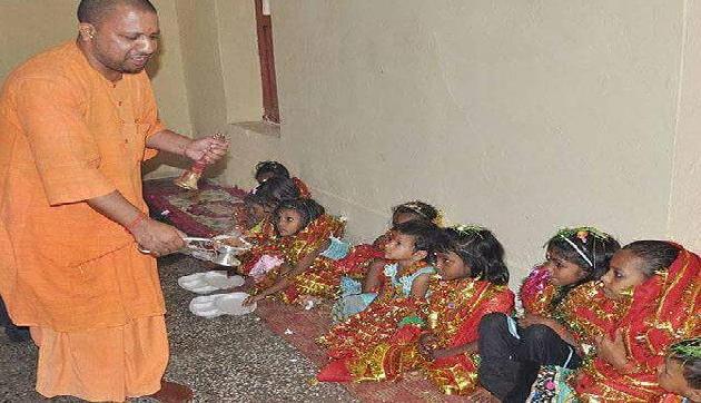 इंटरनेट पर वायरल हो रही है UP के CM योगी आदत्यनाथ की ये तस्वीरें, यहां देखें