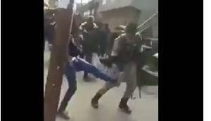 सेना के जवानों से इस तरह बदसलूकी करते हैं कश्मीरी युवा, देखें वीडियो
