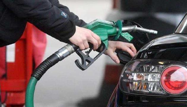 वायरल हुआ ये मैसेज, 100 या 500 रुपए देकर नहीं भराएं पेट्रोल