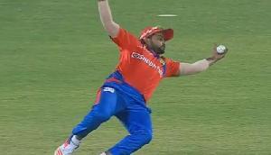 मैच की तीसरी बॉल पर ही रैना ने लपका गजब का कैच, देखें वीडियो