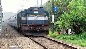 असमः बच्ची को गिरते देख मां ने लगाई ट्रेन से छलांग