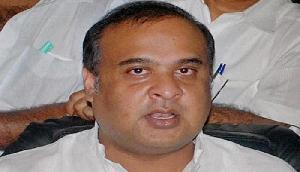 विधानसभा में ये हरकत करते हुए कैमरे में कैद हुए असम के मंत्री