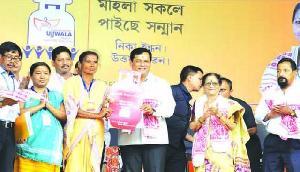 असम: मुख्यमंत्री ने बांटे रसोई गैस कनेक्शन