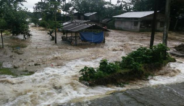 बाढ़ ने असम में भारी तबाही मचाई है। बाढ़ से जान माल का भारी नुकसान हुआ है। असम में पिछले 24 घंटे में 5 और लोगों की मौत हो गई। इस तरह बाढ़ से मरने वालों की संख्या 50 हो गई है। लगातार बारिश के बाद आई बाढ़ से अभी तक लगभग 17 लाख लोग प्रभावित हुए हैं।