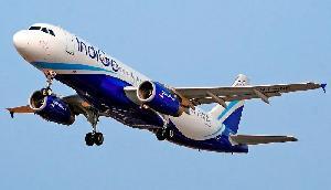 इंडिगो की उड़ान में हुई 5 घंटे से अधिक की देरी, फ्लाइट से उतर कर यात्रियों ने किया हंगामा
