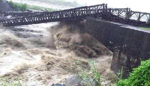 अरुणाचल प्रदेश  : भारी बारिश और बाढ़ के कारण पुल बहा