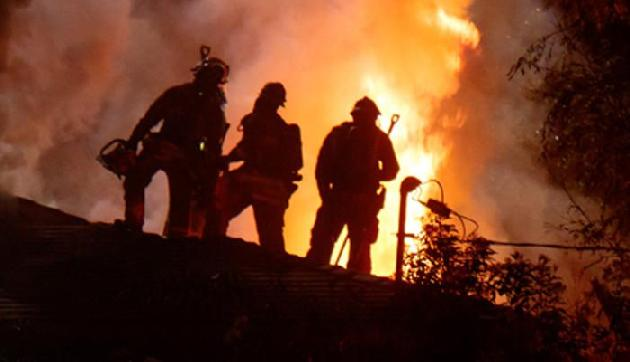 आग में एक दुकान व एक घर जलकर राख, लाखों का नुकसान