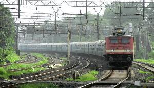 दूरगामी ट्रेनों के ठहराव की मांग को लेकर रेल राज्य मंत्री को ज्ञापन