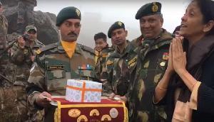 'नमस्ते डिप्लोमेसी' भारत की रक्षा मंत्री ने चीनी सैनिकों के साथ मैत्री पुल बनाया