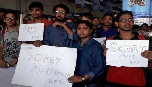 प्रशंसकों ने पोस्टर दिखा ऑस्ट्रेलियाई खिलाडियों से मांगी माफी