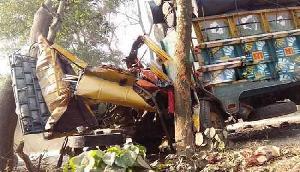 सड़क दुर्घटना में ट्रक चालक की दर्दनाक मौत, दो घायल