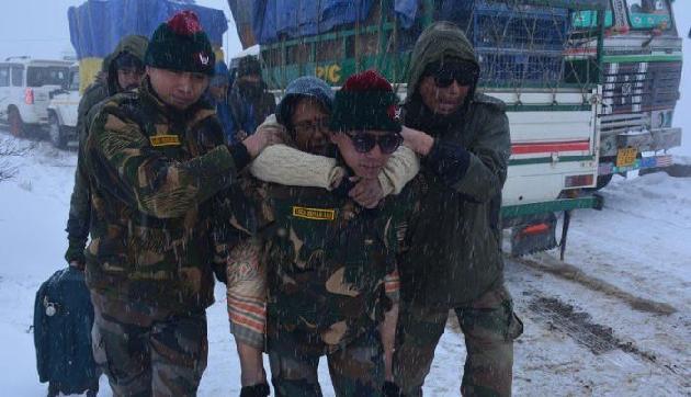 अरुणाचल के तवांग में भारी बर्फबारी के बीच सेना ने बचाई 680 लोगों की जान