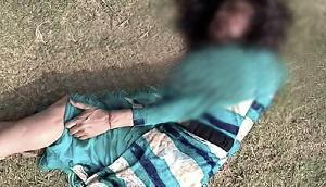 गुवाहाटी में महिला को निर्ममता से पीटा,सड़क पर फेंक कर चले गए,रेप का शक