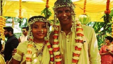असम की अंकित कंवर से मिलिंद सोमन ने रचाई शादी, एक्स गर्लफ्रेंड भी थी मौजूद