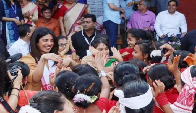 बॉलीवुड की प्रख्यात अभिनेत्री एवं असम पर्यटन की ब्रांड एम्बेसडर प्रियंका चोपड़ा शनिवार को असम पर्यटन के ऑसम असम अभियान के लिए कई विज्ञापनों और शॉर्ट फिल्मों की शूटिंग के लिए जोरहाट पहुंचीं।