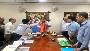 पीडब्ल्यूडी मंत्री के रूप में हिमंता की नई पारी शुरु, अधिकारियों ने किया सम्मानित
