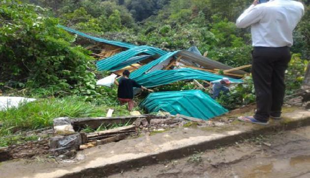 पूर्वोत्तर के राज्य मेघालय के री-भोई जिले में आए आंधी-तूफान के बाद रविवार को भारी बारिश आैर तेज हवाआें ने सामान्य जीवन को अस्त व्यस्त कर दिया।