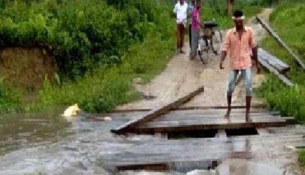 बारिश बनी आफत, द्वारामारा नदी का कच्चा पुल बहा, रुक सी गर्इ है लोगों की जिंदगी