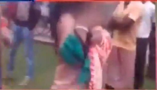 अवैध संबंधों के शक में सरेआम महिला के कपड़े फाड़े, भीड़ ने दिखाया सबसे क्रूर चेहरा