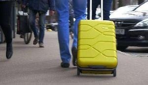 ट्रॉली बैग के हैंडल में छुपाकर ले जा रहा था कुछ ऐसा, खुला बैग तो उड़ गए पुलिस के होश
