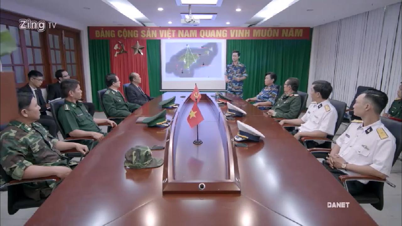 Phân cảnh phòng họp ở tập 01, với \u201cbản đồ tác chiến\u201d lấy từ báo mạng, và các sĩ quan mặc lẫn lộn quân phục mùa đông, mùa hè