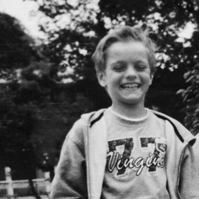 Biết chơi guitar năm 8 tuổi.