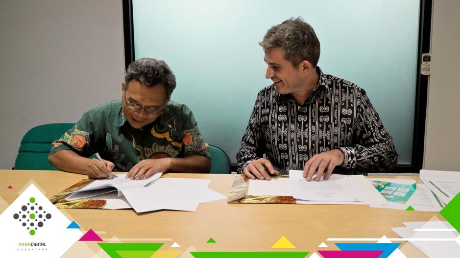 Senyuman CEO InfraDigital Nusantara, Ian Mc Kenna dengan Direktur BKB Nurul Fikri, Drs. Bachtiar Sunasto M.Si