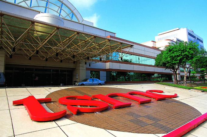 Apple chip supplier tsmc cuts 2018 revenue forecast citing weak high end phone sales