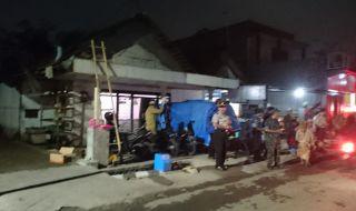 Muspika Kecamatan Pakis mempernaiki rumah yang terdampak puting beliung.  Attachments area
