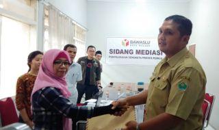 aparatur sipil negara (ASN) di Pemerintah Kota Malang Bambang Setiono (kanan) memenuhi panggilan Bawaslu Kota Malang Kasi Dispekrim