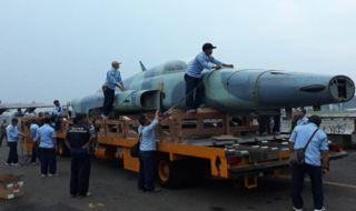 Proses unloading F-5 E/ F Tiger II sebelum diangkut Hercules di Lanud Iswahjudi, Magetan, Jumat (19/10)